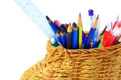 Изолированный, держатель карандаша basketry с много рисует, пишет, правитель Стоковые Фото