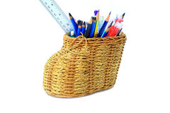 Изолированный, держатель карандаша basketry с много рисует, пишет, цвет правителя Стоковые Изображения RF