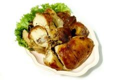 Изолированный зажаренный цыпленок имеет салат вниз на блюде Стоковое Изображение RF