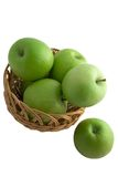 изолированный зеленый цвет корзины яблок стоковая фотография