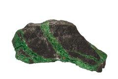 Изолированный минерал Uvarovite Стоковые Фотографии RF