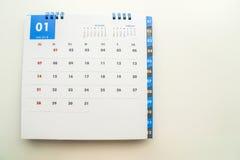 Изолированный насмешливый поднимающий вверх календарь января 2018 стоковое изображение