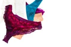 Изолированный на женское бельё женщины шнурка белого винтажного стиля сексуальном Блестящие стильные красочные брюки вспомогатель Стоковые Фото