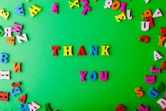 изолированный подарок карточки благодарит белизну вы Разбросанные красочные деревянные письма стоковое фото rf