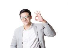 Изолированный портрет азиатского человека и предпосылки с знаком жеста Стоковые Изображения