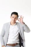 Изолированный портрет азиатского человека и предпосылки с знаком жеста Стоковое фото RF