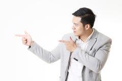Изолированный портрет азиатского человека и предпосылки с знаком жеста Стоковые Фото
