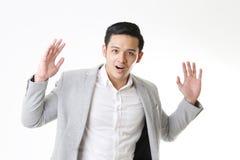 Изолированный портрет азиатского человека и предпосылки с знаком жеста Стоковое Изображение RF