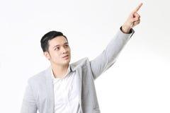 Изолированный портрет азиатского человека и предпосылки с знаком жеста Стоковая Фотография