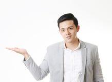 Изолированный портрет азиатского человека и предпосылки с знаком жеста Стоковое Фото