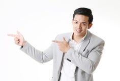 Изолированный портрет азиатского человека и предпосылки с знаком жеста Стоковая Фотография RF