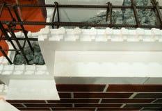 Изолированный фасад современного здания сделанный из современных материалов как стиропор и armored бетон стоковые изображения rf