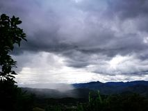 Изолированный шторм над тропическими горами Колумбии стоковое фото
