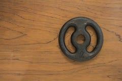 Изолят плиты гантели на деревянной предпосылке Стоковые Фотографии RF