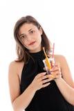 Изощренная женщина наслаждаясь коктеилом Стоковые Фотографии RF