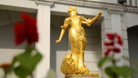 Изощренная золотая статуя женщины на центральной площади в Батуми, искусстве в Georgia акции видеоматериалы