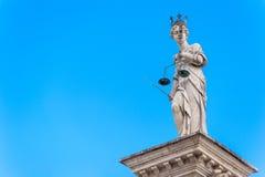 изолированная белизна статуи силуэта правосудия Стоковая Фотография