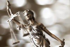 изолированная белизна статуи силуэта правосудия Стоковая Фотография RF