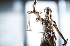 изолированная белизна статуи силуэта правосудия Стоковые Фото