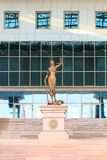 изолированная белизна статуи силуэта правосудия astana kazakhstan стоковое изображение rf