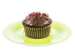 Изолированная булочка шоколада на зеленой плите Стоковые Изображения RF