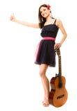 Изолированная девушка при гитара thumbing и пеший туризм заминкы Стоковые Фото