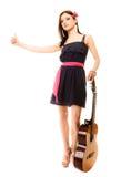 Изолированная девушка при гитара thumbing и пеший туризм заминкы Стоковое Изображение RF