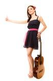 Изолированная девушка при гитара thumbing и пеший туризм заминкы Стоковое Изображение