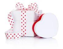 Изолированная лента сатинировки 2 белых коробок связанная обхватывает с символом сердца Стоковое Фото