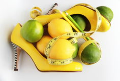 изолированная женщина веса торса измерения потери белая Измеряя лента обернутая вокруг лимона Стоковое Изображение RF