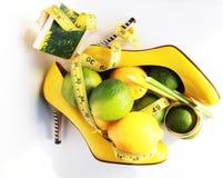 изолированная женщина веса торса измерения потери белая Измеряя лента обернутая вокруг лимона Стоковая Фотография RF