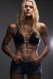 изолированная женщина веса торса измерения потери белая сексуальная красивая тонкая девушка в шортах джинсов Стоковое Изображение RF