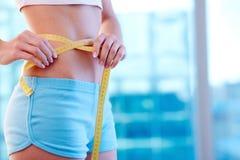 изолированная женщина веса торса измерения потери белая Стоковые Изображения