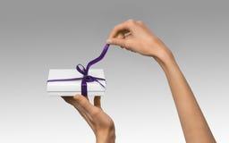 Изолированная женщина вручает держать коробку праздника присутствующую белую с Purp Стоковая Фотография