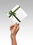 Изолированная женщина вручает держать коробку праздника присутствующую белую с зеленой лентой на белой предпосылке Стоковое фото RF