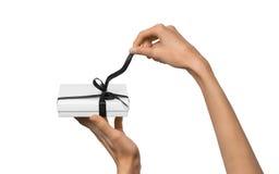 Изолированная женщина вручает держать коробку праздника присутствующую белую с темнотой Стоковая Фотография