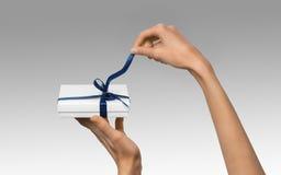 Изолированная женщина вручает держать коробку праздника присутствующую белую с синью Стоковое Фото