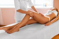 изолированная женщина ног белая женщина воды спы здоровья ноги внимательности тела Девушка получая обработку массажа ноги в курор Стоковое Фото