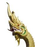 Изолированная золотая статуя Naga с ясным голубым небом, Udonthani, Таиландом стоковые фото