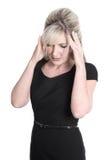 Изолированная зрелая женщина в черном платье имеет головную боль стоковое фото rf