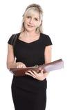 Изолированная коммерсантка в черном платье планируя ее даты с или стоковая фотография rf