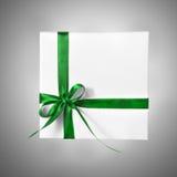 Изолированная коробка настоящего момента праздника белая с зеленой лентой на предпосылке градиента Стоковое фото RF