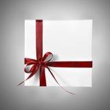 Изолированная коробка настоящего момента праздника белая с красной лентой на предпосылке градиента Стоковое Фото
