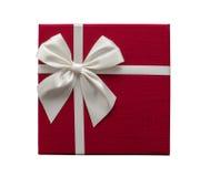 Изолированная красная подарочная коробка с белой лентой Стоковая Фотография RF