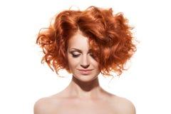 изолированная красоткой белизна портрета детеныши волос девушки красные стоковые фотографии rf