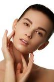 изолированная красоткой белизна портрета Красивейшая женщина спы Совершенная свежая кожа Isolat Стоковые Изображения RF