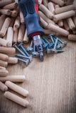 Изолированная куча ногтей конструкции деревянных шпонок нержавеющих и Стоковые Фотографии RF