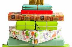 Изолированная куча упакованных красочных коробок в белой предпосылке Стоковое Изображение