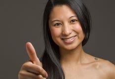Изолированная модель thumbs вверх по успеху Стоковое Фото