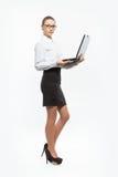 Изолированная молодая бизнес-леди с компьтер-книжкой Стоковая Фотография